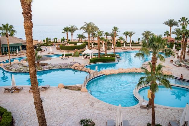 プールのあるエジプトのトロピカル ホテル