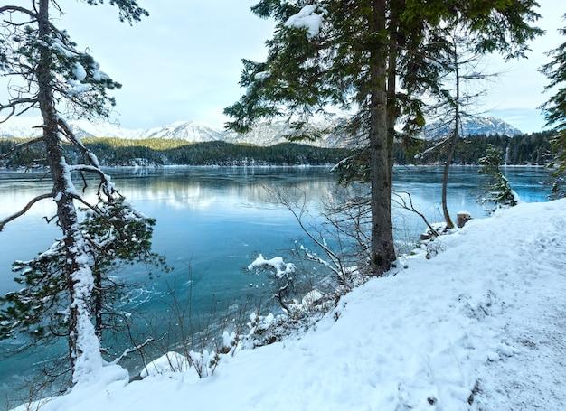 アイプゼー湖の冬の朝の景色、バイエルン、ドイツ。