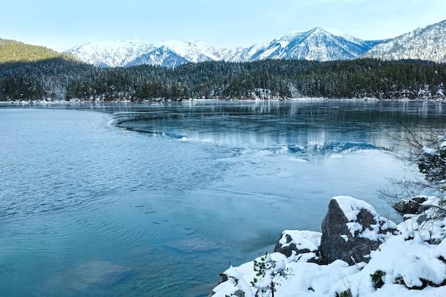 Вид зимы озера айбзее, бавария, германия.