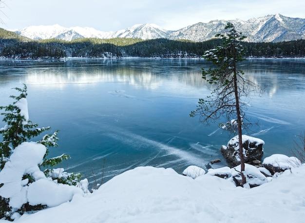 アイプゼー湖の冬景色、バイエルン、ドイツ。