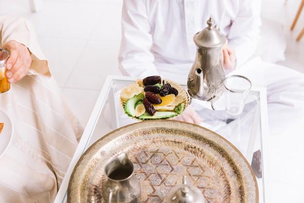 アラブの食べ物と友達とのイード・アル・フィールターのコンセプト