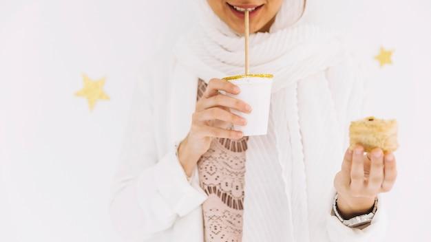 アラブのペストリーを手に持つイード・アル・フィールターの概念