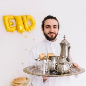 茶葉を持つ男とイード・アル・フィールターのコンセプト