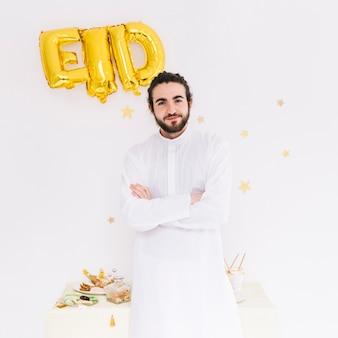 Eid al-fitr concept con uomo musulmano