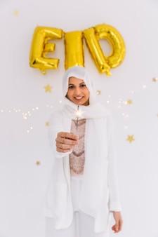 开斋节的概念与穆斯林妇女手持烟花