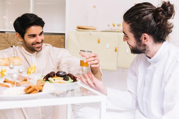 テーブルで食べる人々とイードアルフィールのコンセプト