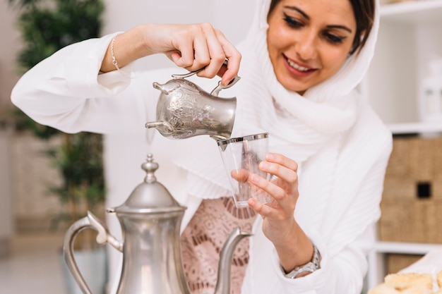 女性が紅茶を注いだイード・アル・フィールのコンセプト