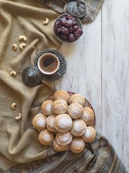 イードとラマダンデートのスイーツ-アラビア料理。エジプトのクッキー「カークエルイード」。上面図。