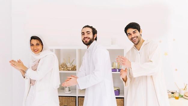 Concetto di eid con un gruppo di amici gioiosi