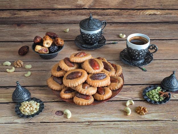 木製のテーブルのイードデートのお菓子