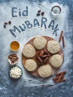 Eid mubarak-イスラム教の休日の歓迎フレーズ「ハッピーホリデー」、予約済みの挨拶。背景を焼くアラビア語。