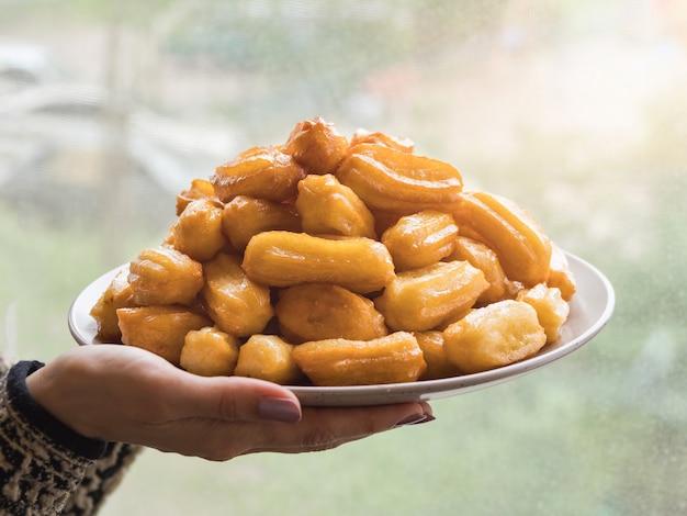 アラビアのスイーツトゥルンバ、お祝いのeidラマダン。ツルンバアラビア風シロップに浸した揚げたスポンジハチミツ。