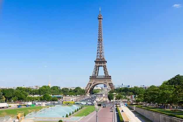 Эйфелева башня и городской пейзаж парижа в солнечный летний день, франция