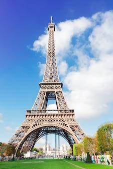 Эйфелева башня в солнечный день крупным планом, париж, франция