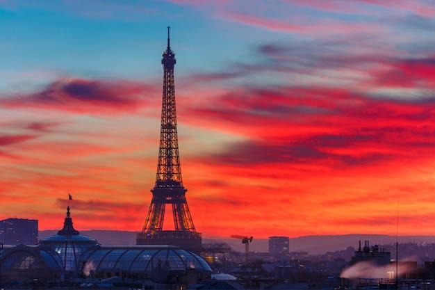 Эйфелева башня на закате в париже, франция