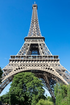 Эйфелева башня в голубом небе, париж, франция.
