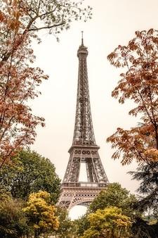 パリフランスのエッフェル塔縦の写真