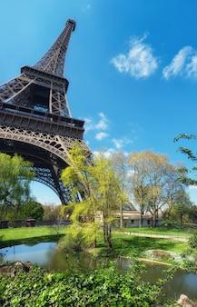 Эйфелева башня в париже весной, панорама
