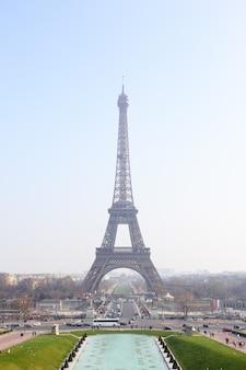 朝のパリのエッフェル塔、フランス