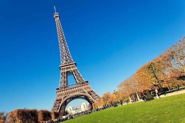 Эйфелева башня в париже с великолепными цветами