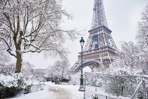 Эйфелева башня в париже под снегом
