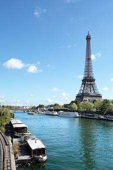 エッフェル塔の縦の風景、川のセーヌとボート、コピースペース