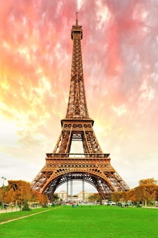 Эйфелева башня - вид с марсова поля, париж, франция