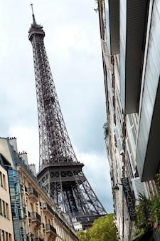 Эйфелева башня с оживленной улицы парижа.