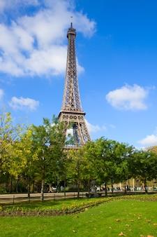 Эйфелева башня в солнечный весенний день в париже, франция