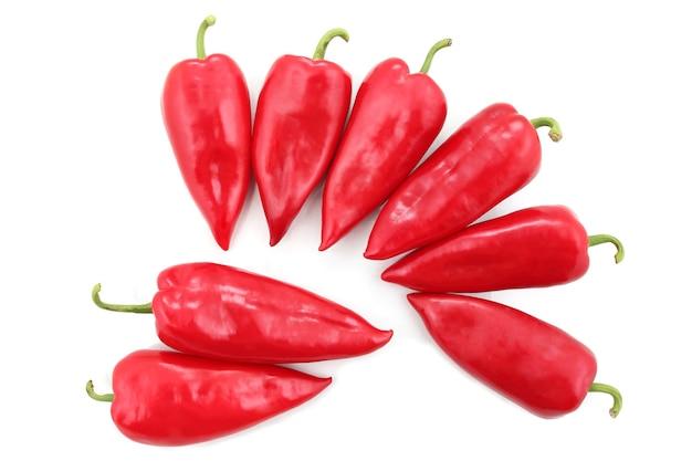 흰색 배경에 8개의 밝은 빨간색 달콤한 고추. 건강한 신선한 야채와 음식