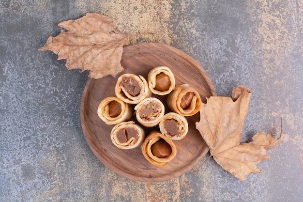 Otto di cialde dolci sul piatto di legno