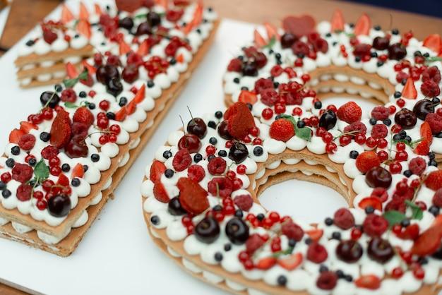 18 생일 케이크 클로즈업. 휴일 동안 야생 딸기와 달콤한 케이크.