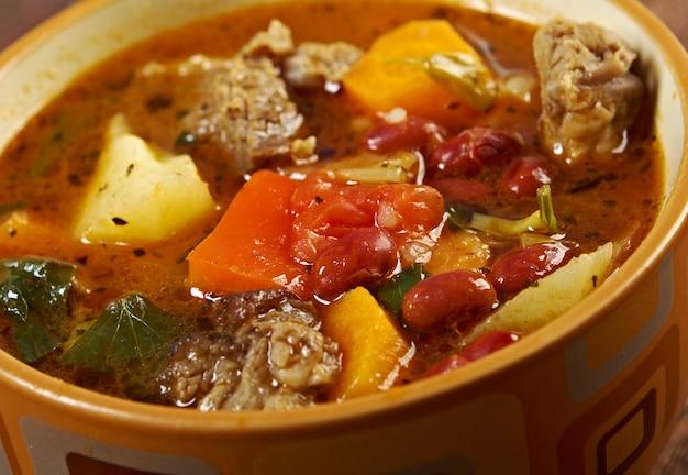 アイントプフ-伝統的なドイツ料理の料理。ビーフシチューのボウルのクローズアップ。ファームスタイル