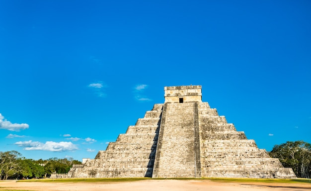 エルカスティージョまたはククルカン、チチェンイツァのメソアメリカの階段ピラミッド。メキシコで Premium写真