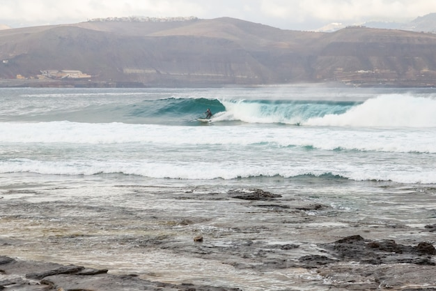 El confital пляж на рассвете в гран-канария, канарские острова, испания. побережье вулканического ландшафта.