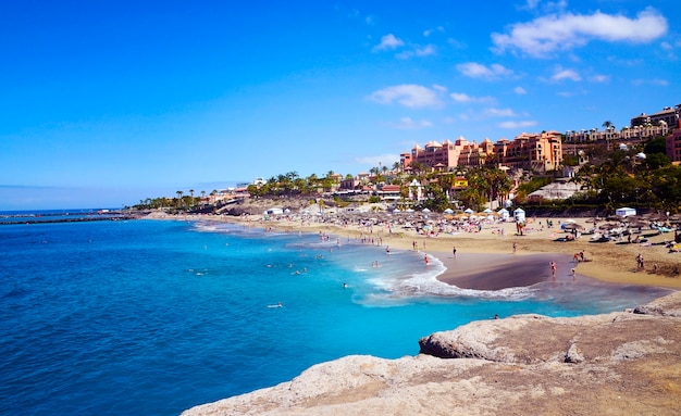 Прибрежный взгляд пляжа el duque в косте adeje, тенерифе, канарских островах, испании.