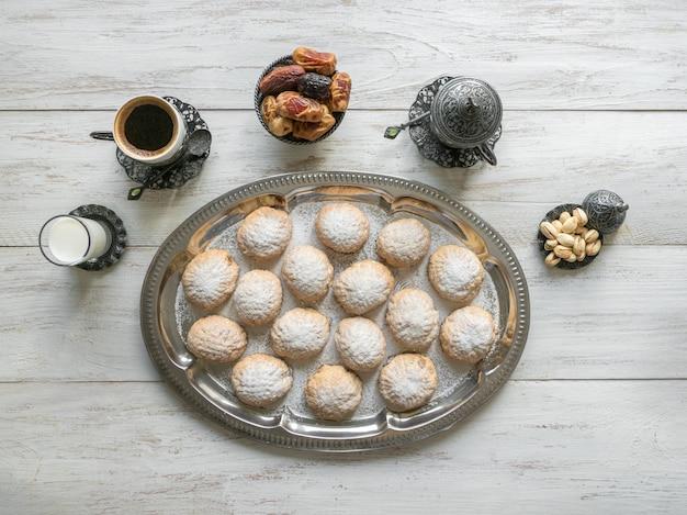 Эль фитр исламский праздник сладости на деревянный стол
