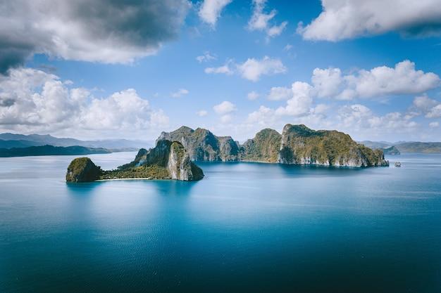 엘니도, 팔라완, 필리핀. 이국적인와 넓은 바다에서 파노라마 공중보기 외로운 관광 보트