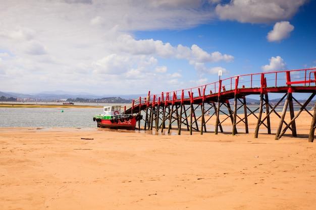 El puntalビーチの桟橋の眺め