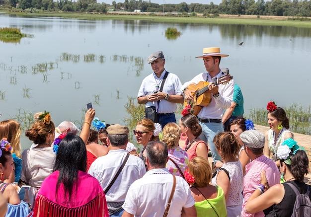 Эль росио, испания - 22 мая 2015 г. испанцы отмечают религиозный праздник, поют и танцуют во время посвящения.