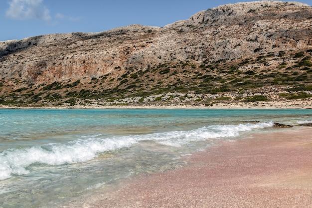 Пляж элафониси с розовым песком и чистой лазурной водой крит греция летние каникулы