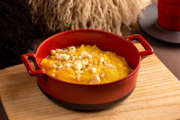 Каша эларджи из кукурузной крупы грубого помола с сыром сулгуни