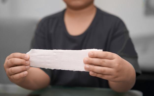 Повязка из эластичной рулонной марли удерживается в руке с помощью клея для оказания первой помощи компресс для ухода при несчастном случае с отпусканием