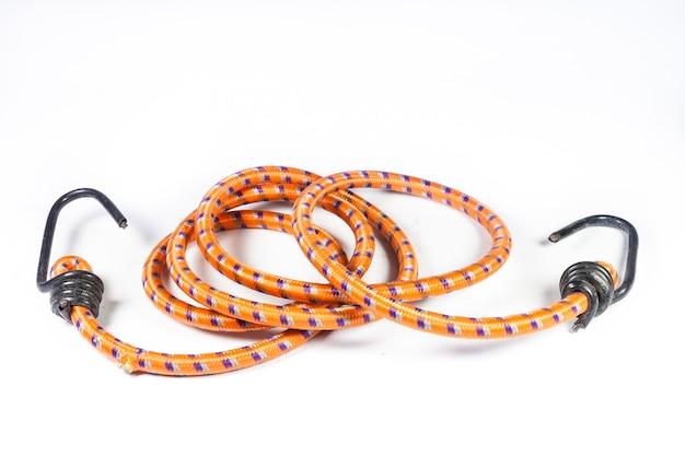 Эластичная веревка с металлическими крючками на белом фоне.