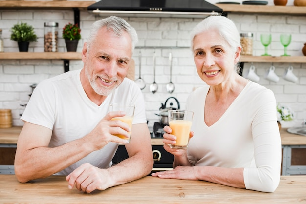 年配のカップルがジュースを飲んで