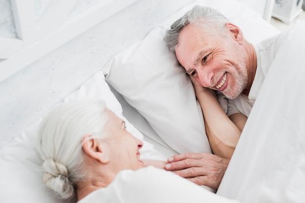 노인 부부는 침대에서 휴식