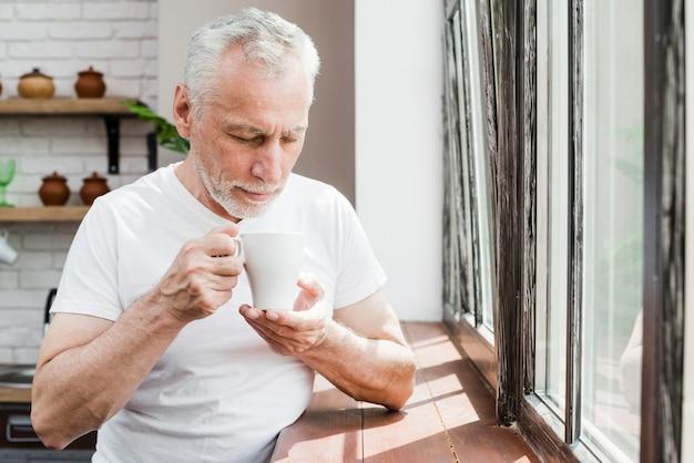 コーヒーを飲んでいる年配の男性