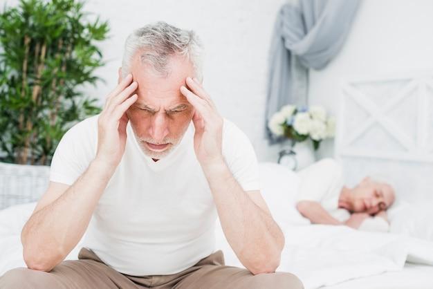 頭痛を持つ老人
