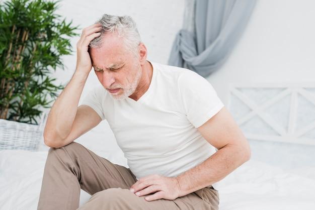 L'uomo anziano con un mal di testa Foto Gratuite