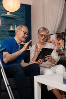ビデオ通話会議で話している年配の夫婦